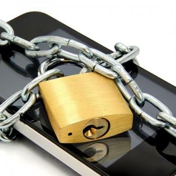 Smartphone mit Kette und Schloss